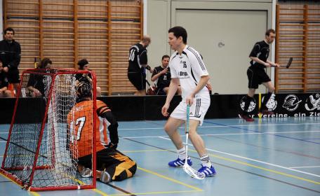 Fabian Gschwend, der ehemalige Gossauer, hier im Duell gegen Torhüter Ikone Oli Krüger (47), Berner Hurricanes (Playoff-Halbfinal 2008)
